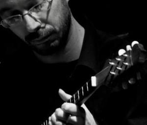 Sergio_Pugnalin_ritratto_con_baglamas_primo_piano